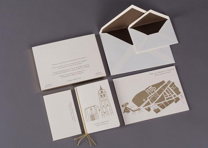 Invitaciones, sobres forrados, libro de misa y mapa para boda