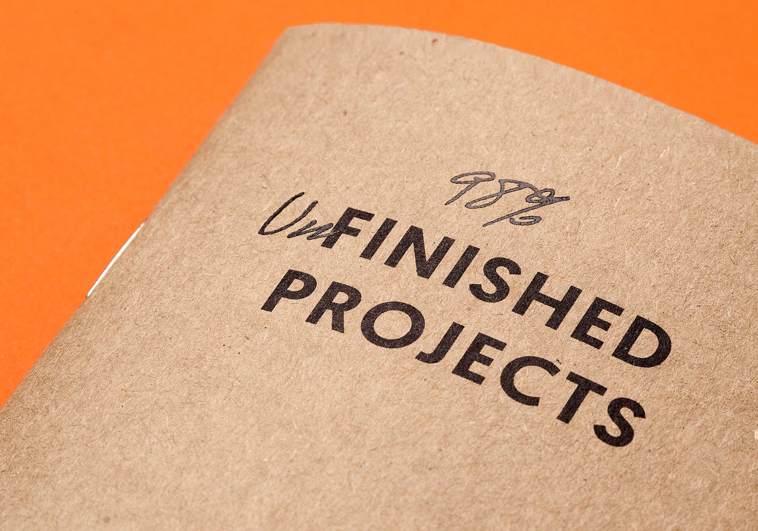 Detalle de cubierta Finished projects con estampación negra de la colección Raw