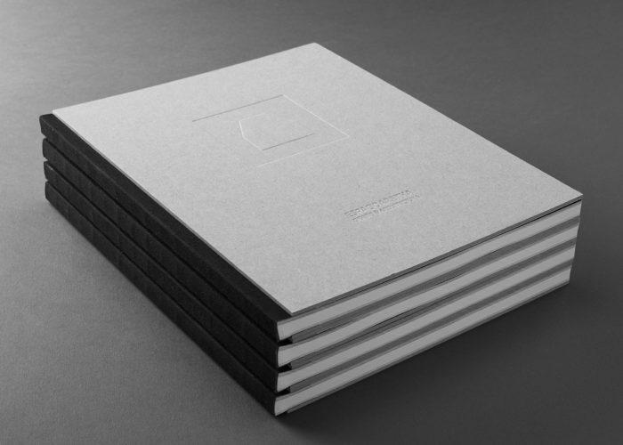Libro con encuadernación cosida con lomo visto y cubiertas de cartón