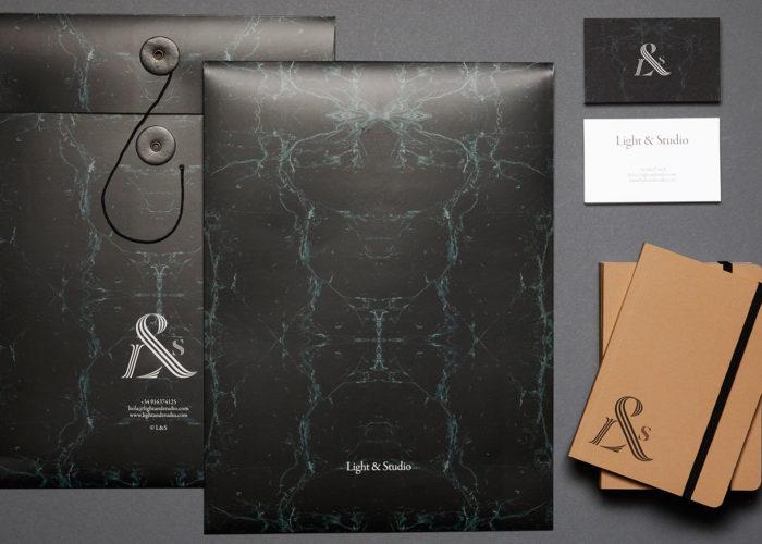 Tarjetas, bloc de notas y sobre tipo bolsa con discos y remaches para Light and Studio