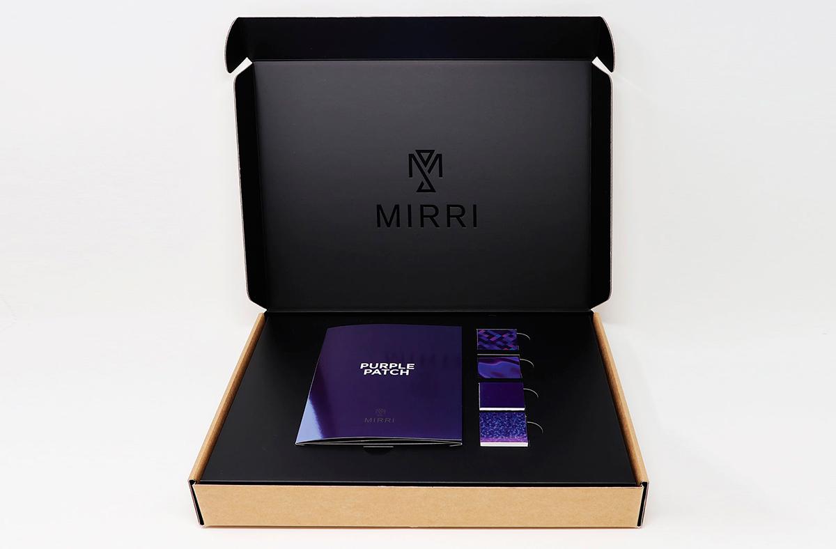 Packaging con mirri oro y folleto en Mirri morado